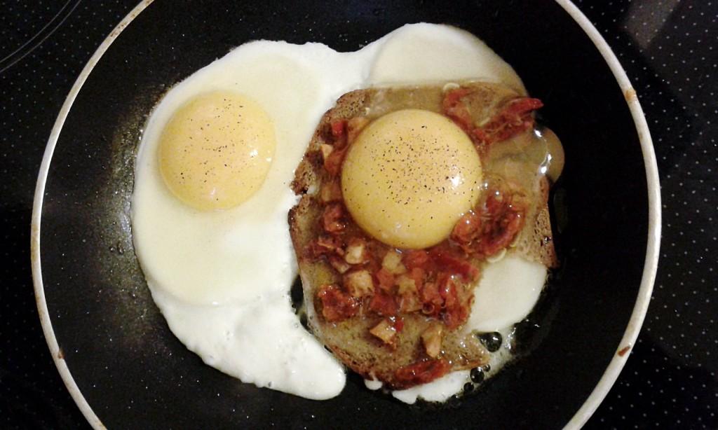 kanapka z suszonymi pomidorami i jajkiem 1600x960