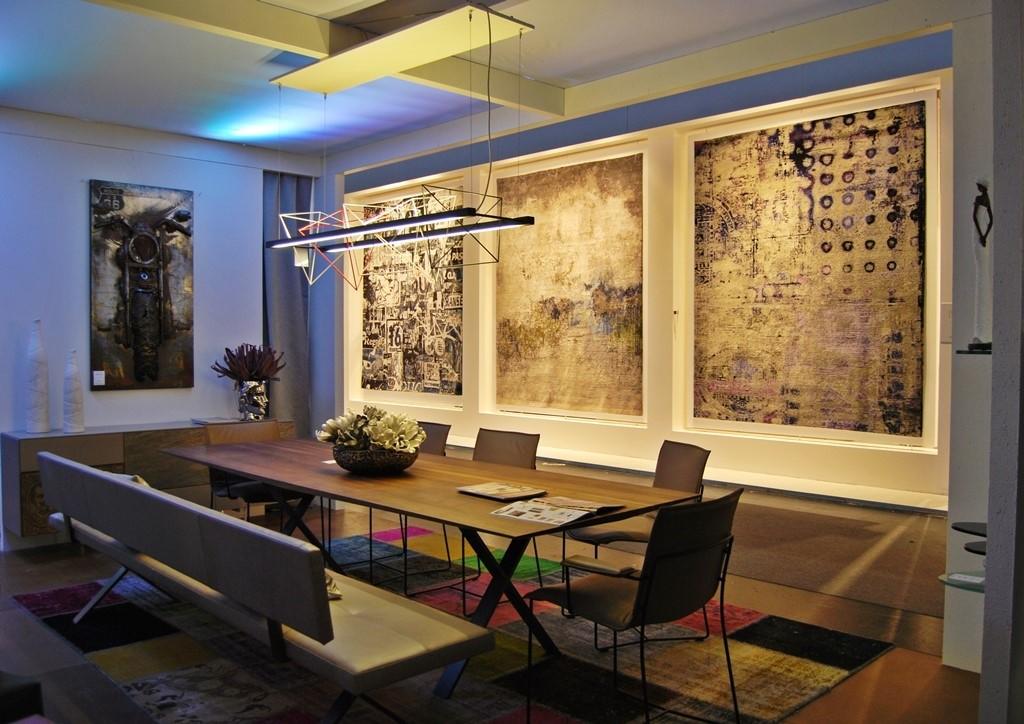 Jadalnia lub pokój konferencyjny. A z tyłu dywany na ścianach.
