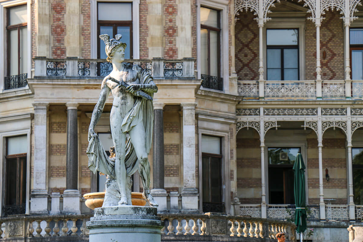 front Laizer Hermes Villa i posąg Hermesa