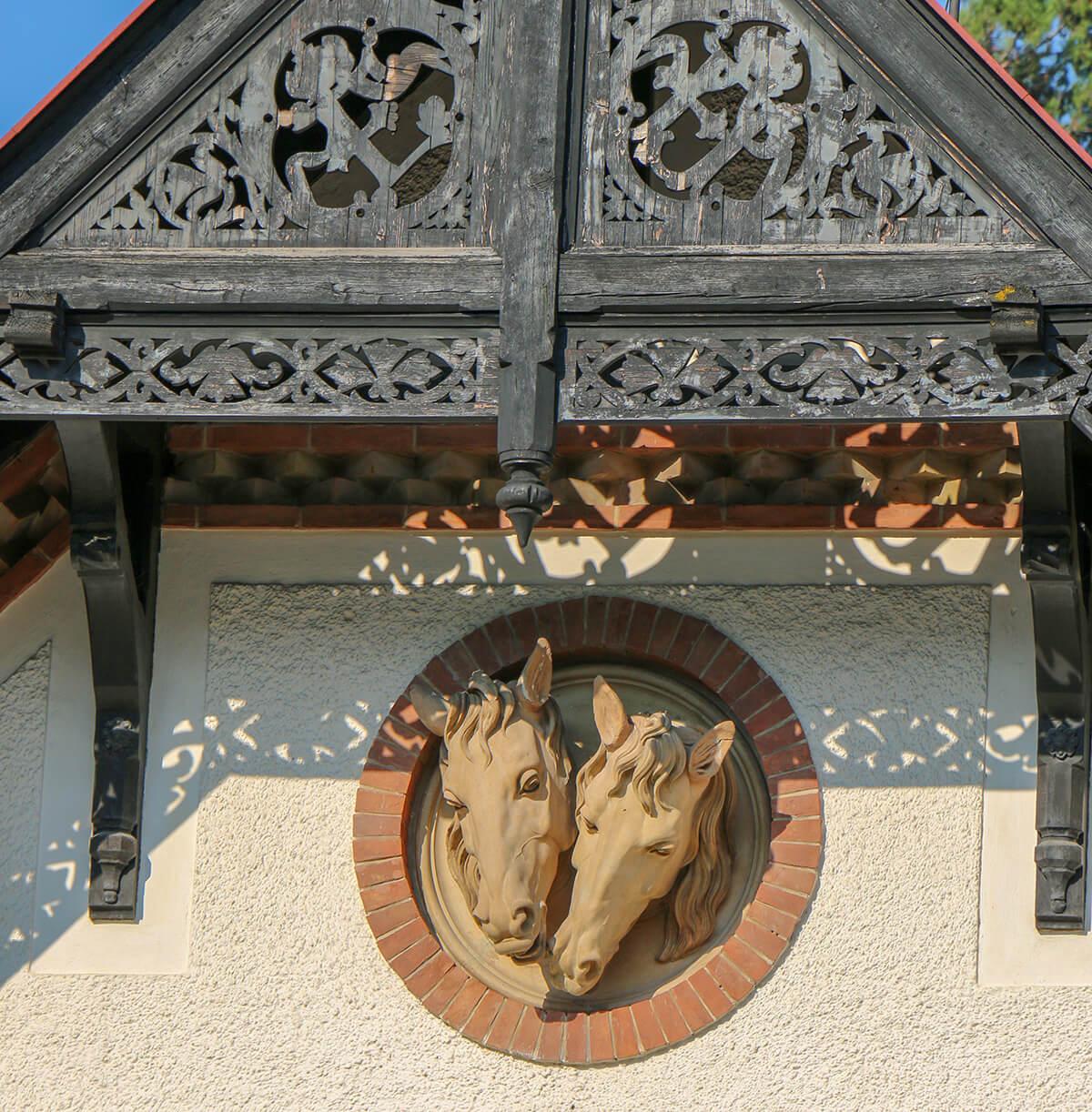 elewacja Hermes Villa rzeźba końskie łby