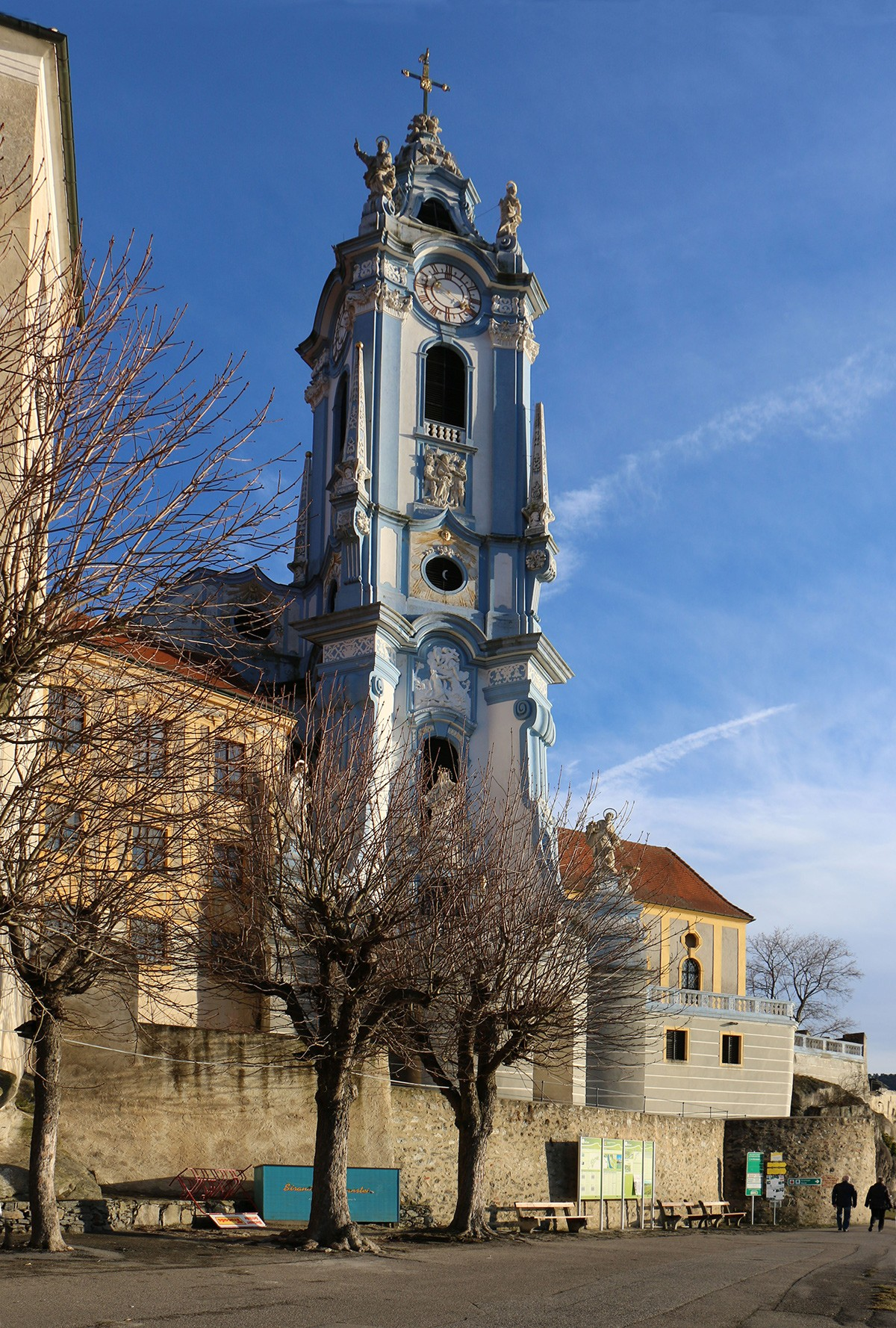 Niebieska, barokowa wieża klasztoru w Dürnstein.